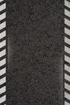 Asphaltstraße mit weißen markierungslinien