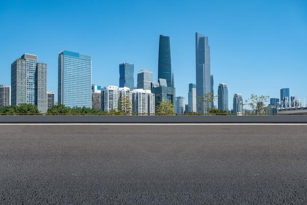 Asphaltstraße und moderne architektonische landschafts-skyline der chinesischen stadt