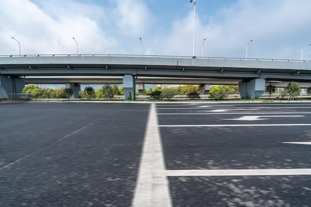 Asphaltstraße und stadtviadukt