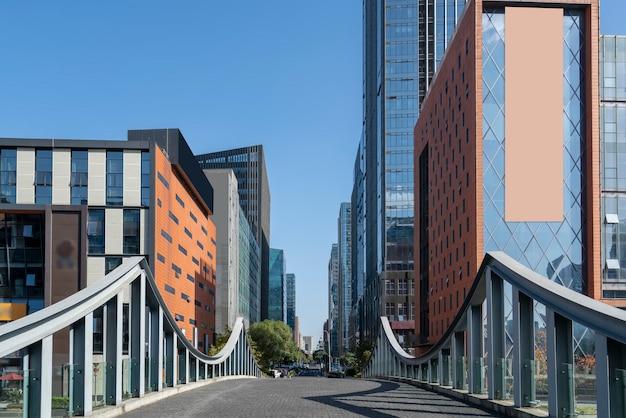 Asphaltstraße und städtische architekturlandschaft von ningbo