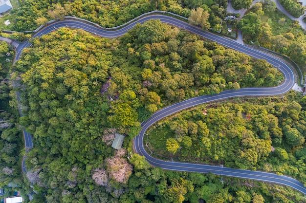 Asphaltstraßekurve auf hohem berg, vogelperspektivebild