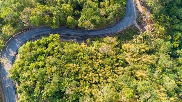 Asphaltstraßekurve im hochgebirgsbild durch die vogelperspektive des brummens