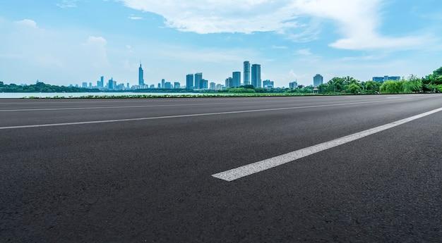 Asphaltstraßen-skyline und architektonische landschaft von nanjing