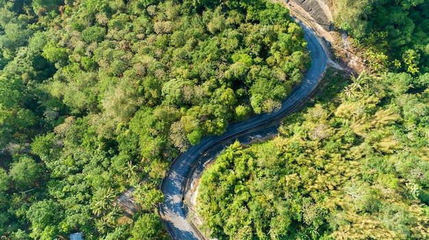 Asphaltstraßenkurve im hochgebirgsbild durch die augenansicht des brummenvogels