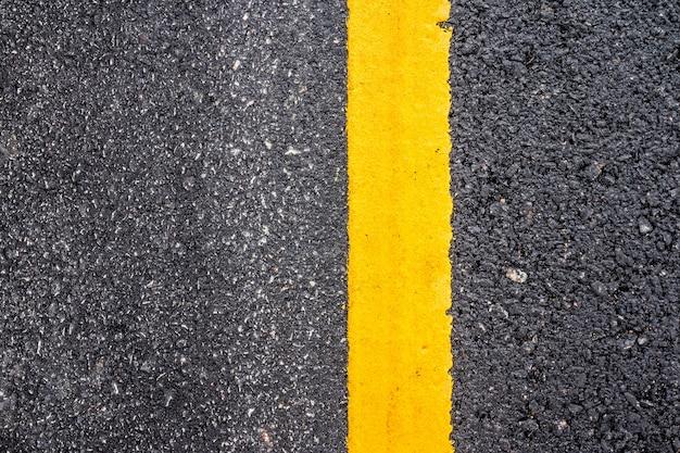 Asphaltstraßeoberfläche mit gelber linie