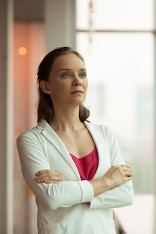 Aspirated zuversichtlich geschäftsfrau freut sich