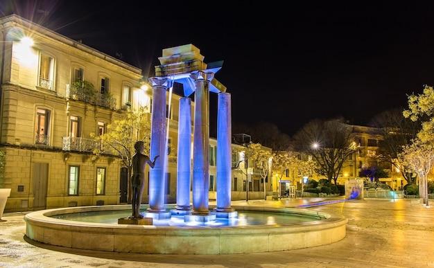 Assas square in nimes bei nacht in frankreich