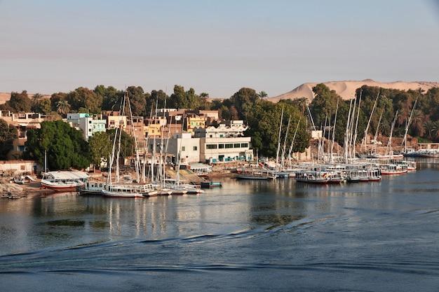 Assuan-stadt in ägypten auf dem nil