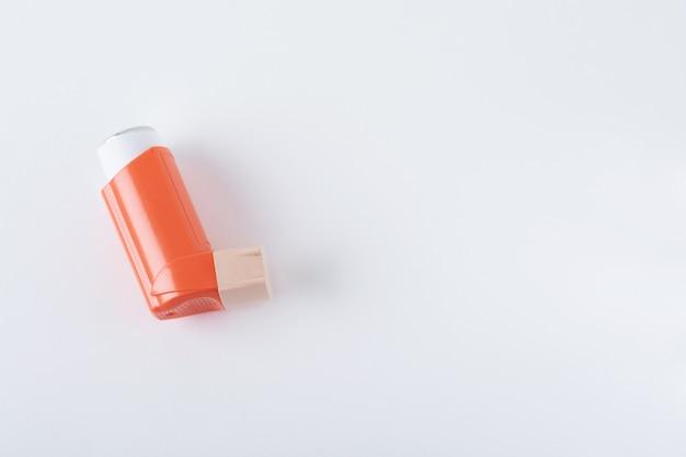 Asthmainhalator auf weißem hintergrund