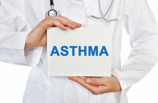 Asthmakarte in händen des arztes