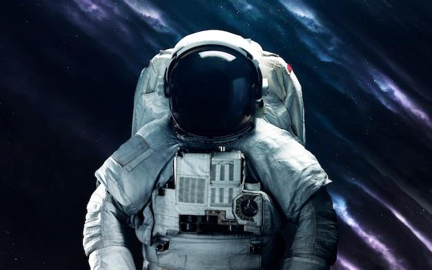 Astronaut. deep space image, science-fiction-fantasie in hoher auflösung, ideal für tapeten und drucke. elemente dieses bildes von der nasa geliefert