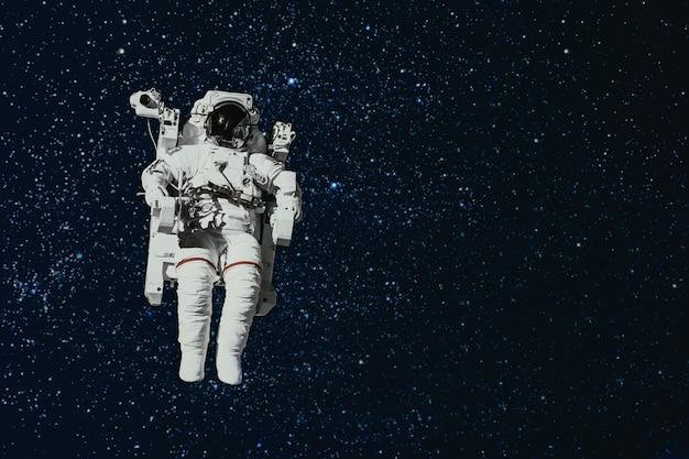 Astronaut fliegt im weltraum über die erde elemente dieses von der nasa bereitgestellten bildes