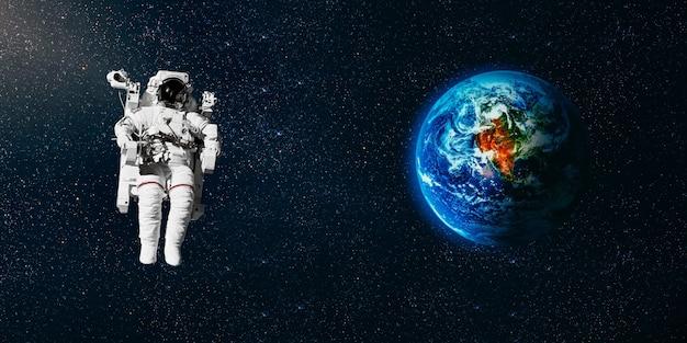 Astronaut fliegt im weltraum über die erde