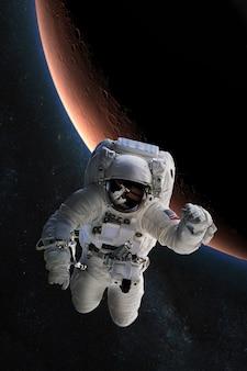 Astronaut im weltraum auf dem hintergrund des planeten mars