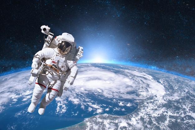 Astronaut im weltraum auf der erde