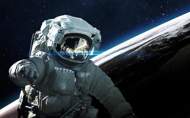 Astronaut im weltraum. weltraumspaziergang.
