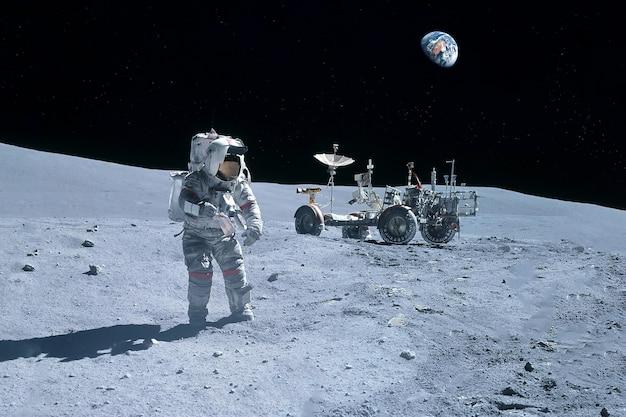 Astronaut in der nähe des mondrovers auf dem mond elemente dieses bildes wurden von nas bereitgestellt