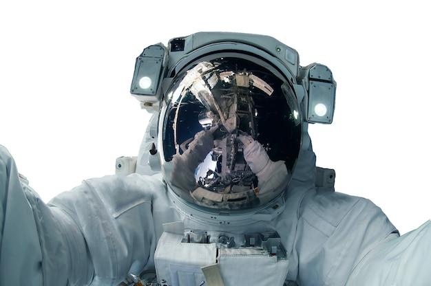 Astronaut in einem raumanzug isoliert auf weißem hintergrund. elemente dieses bildes wurden von der nasa bereitgestellt. foto in hoher qualität