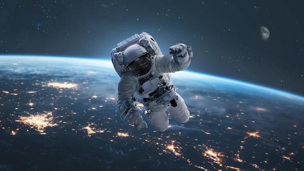 Astronaut mit der erde