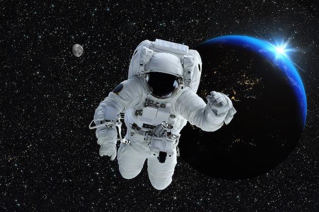 Astronaut raumfahrer außenraum. schöner blauer sonnenaufgang.