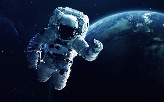 Astronaut vor dem erdplaneten.