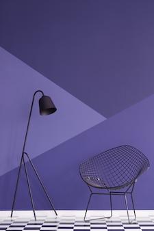 Asymmetrische violette wand im modernen wohnzimmer mit metalllampe und schwarzem sessel auf kariertem boden. echtes foto