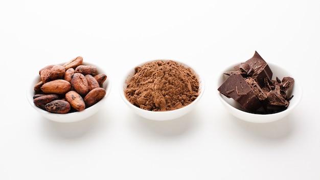 Atelieraufnahme des rohen kakaos und der bohnen