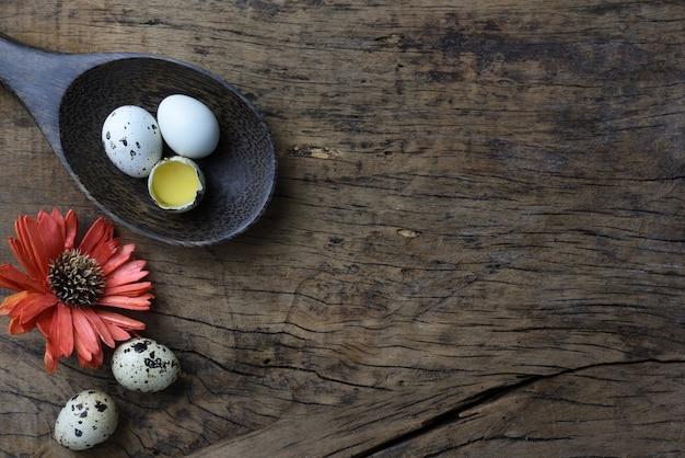 Atelieraufnahme von eiern auf einem hölzernen hintergrund.
