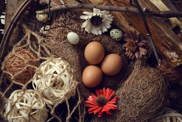 Atelieraufnahme von eiern auf einem schwarzen hölzernen hintergrund