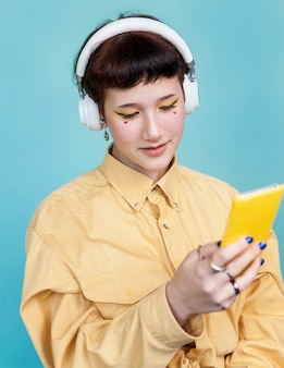 Atelieraufnahme weiblich, telefon betrachtend