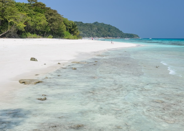 Atemberaubende ansicht des weißen sandstrandes der tachai-insel, thailand