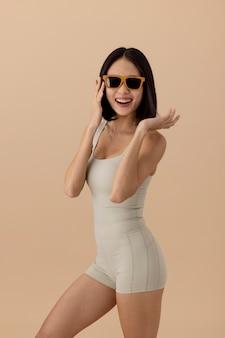 Atemberaubende asiatische frau model posiert