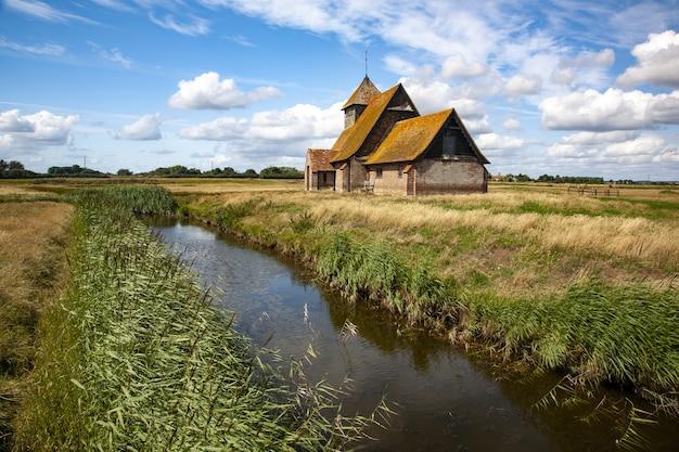 Atemberaubende aufnahme der thomas a becket church in fairfield auf romney marsh kent in großbritannien
