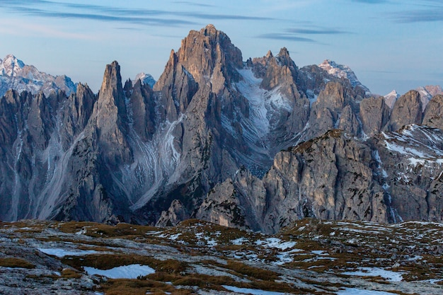 Atemberaubende aufnahme des berges cadini di misurina in den italienischen alpen