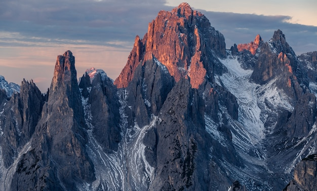 Atemberaubende aufnahme des berges misurina in den italienischen alpen unter dem bewölkten himmel
