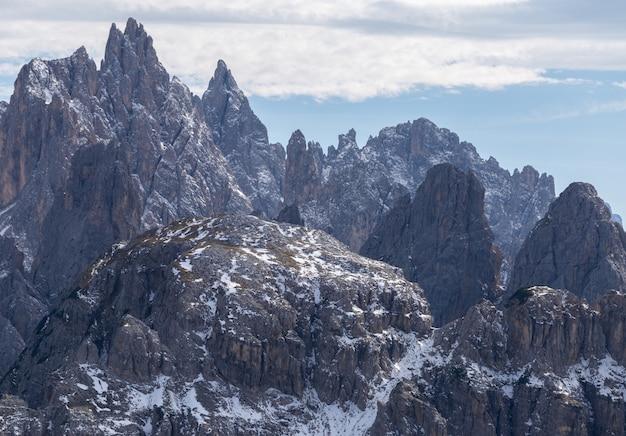 Atemberaubende aufnahme des frühen morgens in den italienischen alpen