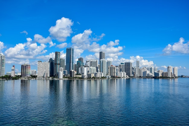 Atemberaubende aufnahme einer wunderschönen skyline mit meerblick in miami