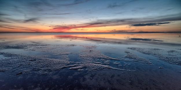 Atemberaubende aufnahme eines schönen strandes auf einem wunderschönen sonnenuntergang