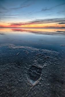 Atemberaubende aufnahme eines schönen strandes auf wunderbarem sonnenuntergang