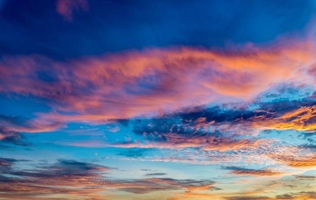 Atemberaubende aufnahme eines sonnenuntergangs und eines bunten himmels