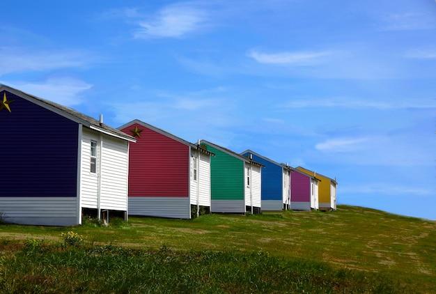 Atemberaubende aufnahme von bunten häusern auf einem blauen himmel