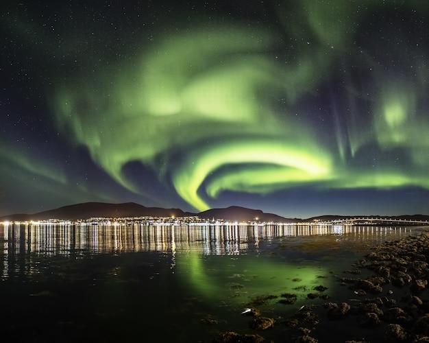 Atemberaubende aufnahme von wind von farben, die sich im meer spiegeln und es wie eine märchenszene aussehen lassen
