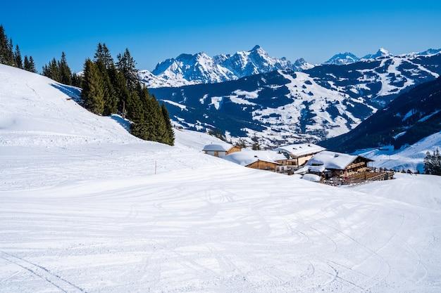 Atemberaubende aussicht auf bewaldete berge, die tagsüber mit schnee bedeckt sind