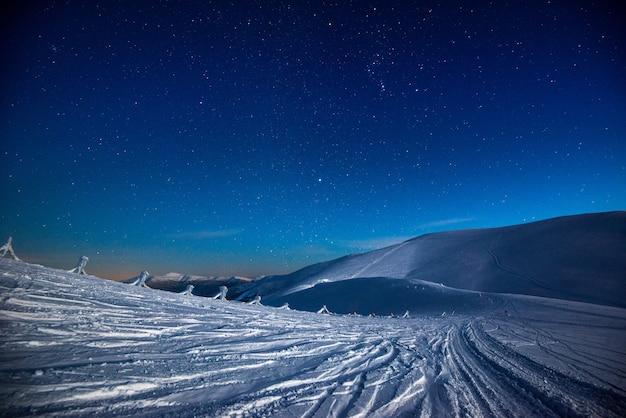 Atemberaubende aussicht auf den schneebedeckten berg