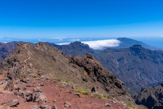Atemberaubende aussicht auf die caldera de taburiente in der nähe von roque de los muchachos an einem sommernachmittag, la palma, kanarische inseln. spanien