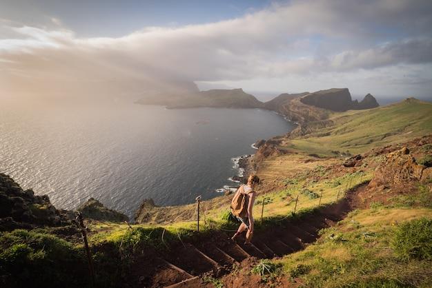 Atemberaubende aussicht auf die hügel und den see unter dem nebel auf der insel madeira, portugal