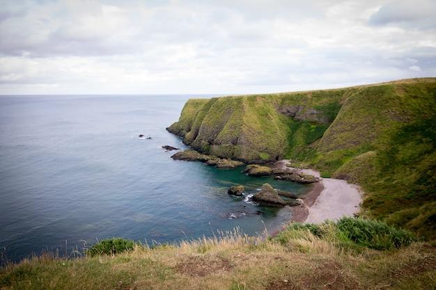 Atemberaubende aussicht auf die klippen am meer in dunnottar castle, stonehaven, uk