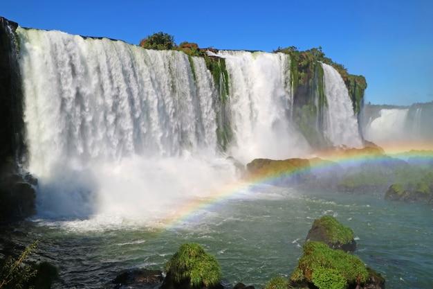 Atemberaubende aussicht auf die mächtigen iguazu falls mit wunderschönem regenbogen, foz do iguacu, brasilien