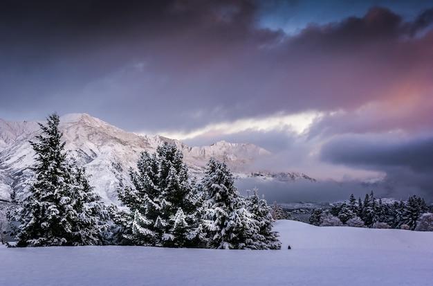Atemberaubende aussicht auf eine bergkette in wanaka village, neuseeland