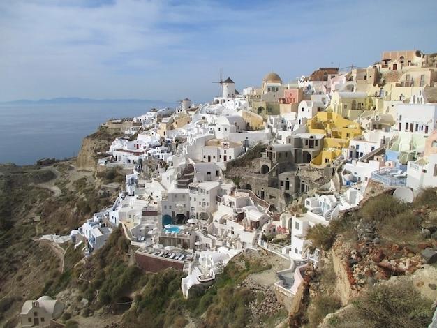 Atemberaubende aussicht auf oia village landscape über der caldera, santorini-insel in griechenland